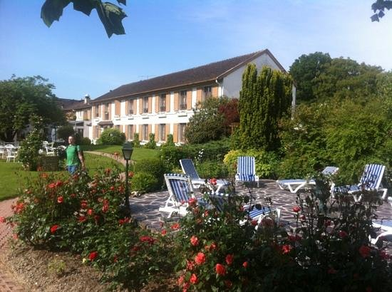 Aux Armes de Champagne : the garden in the back