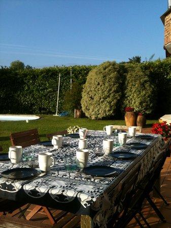 Bista Eder : Desayuno en el jardin un dia soleado