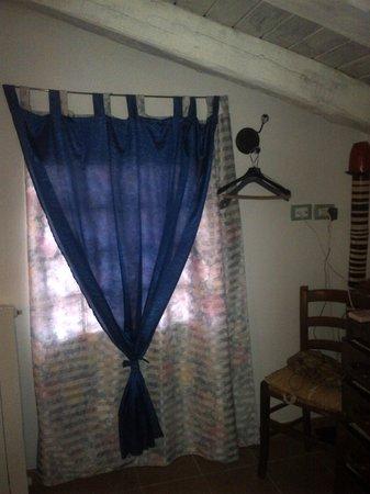 Finestra in vetrocemento con deliziose tende foto di locanda ristorante borgo antico feglino - Finestra in vetrocemento ...