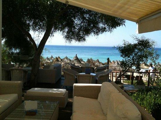 Grecian Bay Hotel: Loungebereich bei der Beach Bar