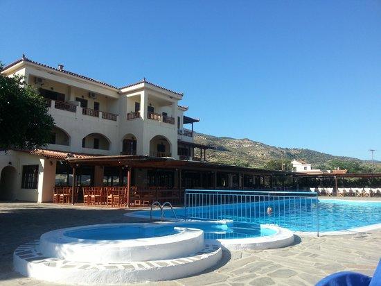 Kambos Village Aparthotel: een van de zwembaden bij t restaurant en poolbar