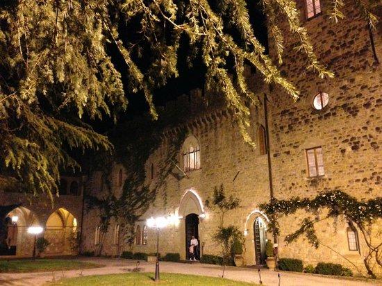 Ristorante Castello Dell'Oscano : Castello di notte