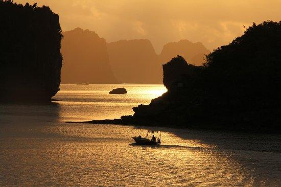 VivuTravel : Sunrise at Ha Long Bay