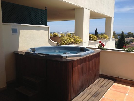 Guadalpin Suites: Great hot tub with great view