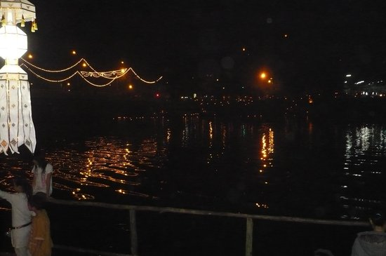 Hollanda Montri Guesthouse: River at Loi Krathong Festival