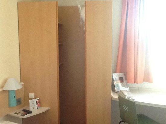 Ibis Styles  Rouen Nord Barentin: placard dans la chambre