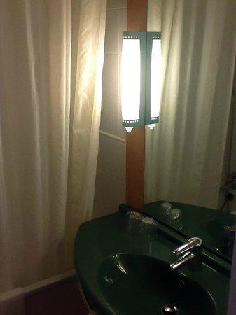 Ibis Styles  Rouen Nord Barentin: salle de bains