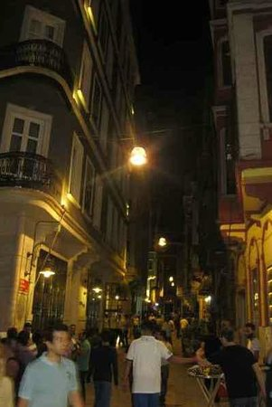 ODDA Hotel: The sidestreet where the hotel entrance is located, at night