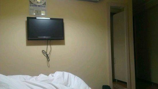 Hotel Akcinar: التلفزيون والساعة والتقويم