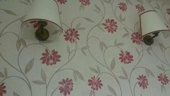 Hotel Akcinar: ورق الحائط والأباجورات رغم البساطة.. جذابة