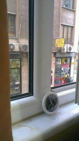 Hotel Akcinar: نافذة الغرفة تطل على الممر الذي عليه الفندق