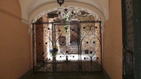 Orta San Giulio, İtalya: Magnifique ouvrage en fer forgé pour accès à courette privée