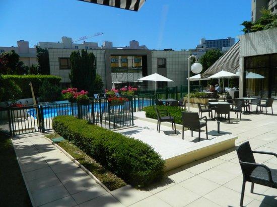 restaurant terrace and pool area picture of mercure dijon centre clemenceau dijon tripadvisor. Black Bedroom Furniture Sets. Home Design Ideas