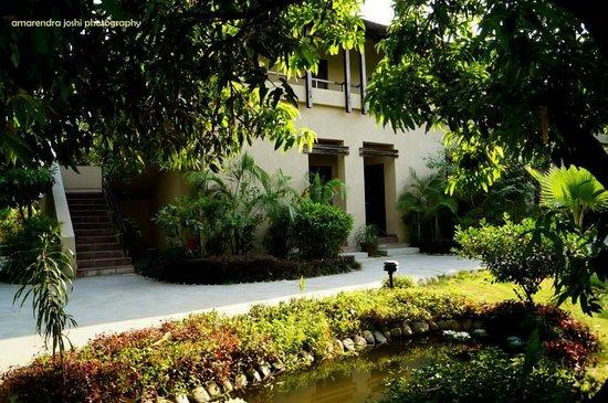 Country Club Wild Exotica Corbett: entrance and lawn