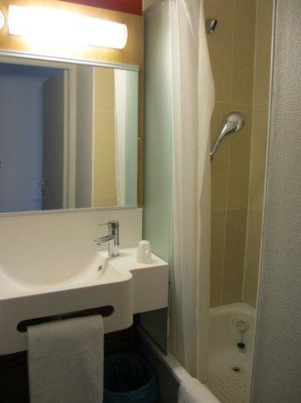 B&B Hôtel Nantes Centre : La salle de douche/wc