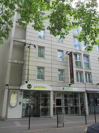B&B Hôtel Nantes Centre : Vue extérieure de l'hôtel depuis la Place Viarme