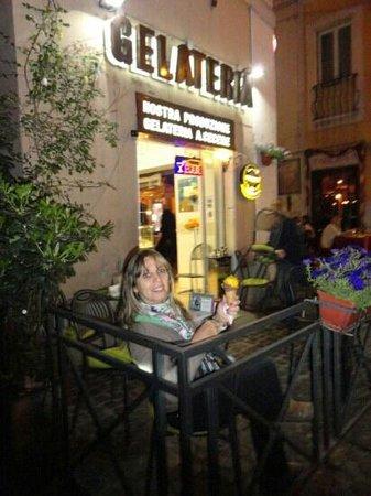 Relais Fontana Di Trevi: Gelateria en la esquina, hacia Barberini. Excelente