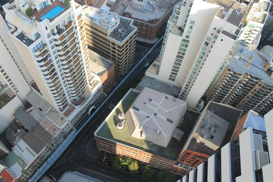 Meriton Suites Kent Street, Sydney : Looking straight down off the balcony