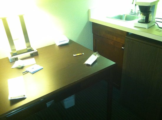 Holiday Inn Express Ridgeland - Jackson North Area : Very Limited Access to the kitchen area