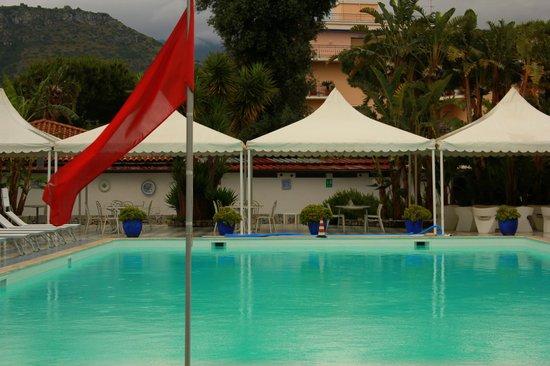 Esperidi Resort: Бассейн, правда, в дождь, потому что свет лучше и людей не было)