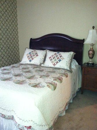 Bright Morning Bed & Breakfast: Bed area in upstairs annex