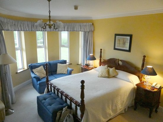 Brook Manor Lodge: Big bed and a nice view