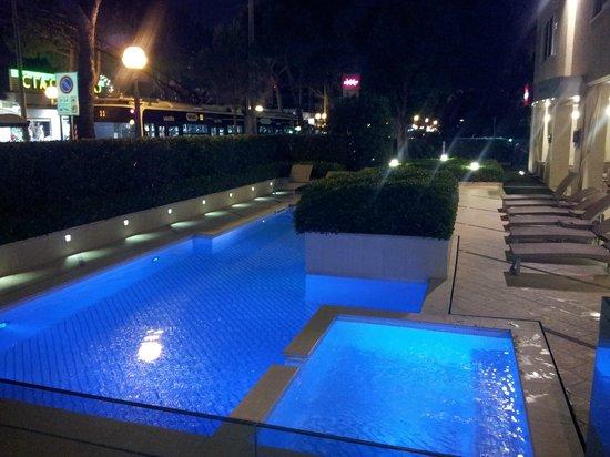 Mercure Rimini Artis: La piscina...aperta giorno e notte