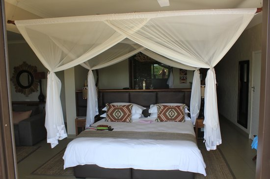 Victoria Falls Safari Club: Now that's a bed !!
