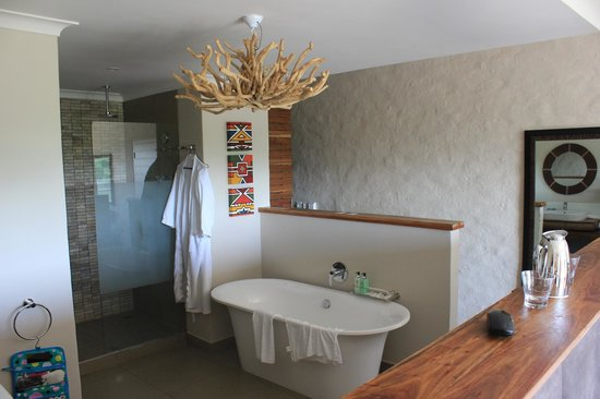 Victoria Falls Safari Club: Our swanky bathroom