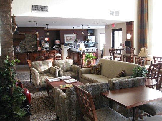 Staybridge Suites Covington: lounge / breakfast buffet in rear