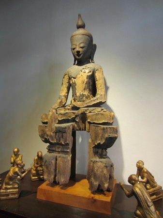 Gallery Asiama: Un Bouddha présenté chez Asiama