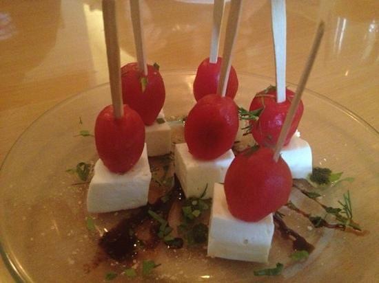 Kushiage Dining Horon: トマトとチーズのカプレーゼ