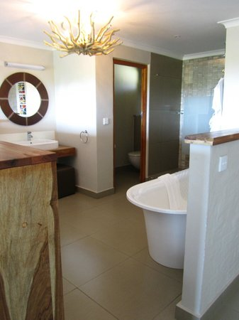 Victoria Falls Safari Club: My bathroom area