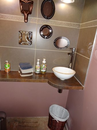 Domaine Champagne Ployez-Jacquemart : Guest bathroom at the ground level with a sweet love of detail!