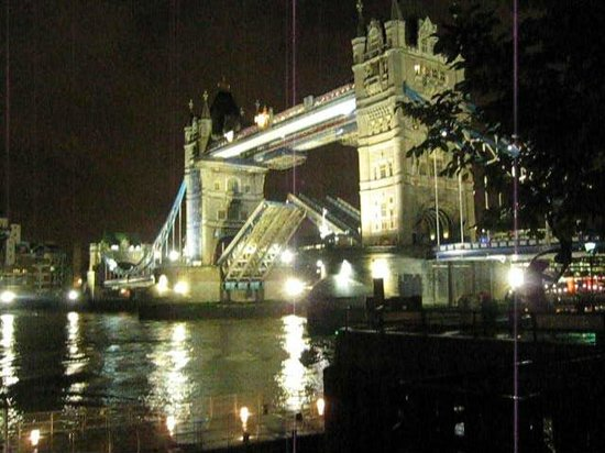 Premier Inn London Tower Bridge Hotel: Tower Bridge by night