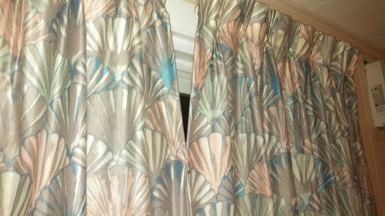 Alouette Beach Resort: the two curtains on the slider safety pinned together