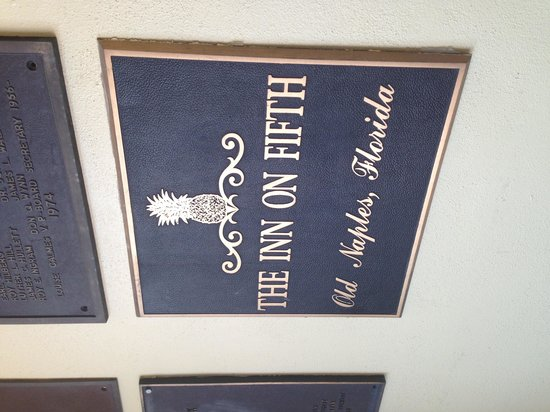 Inn on Fifth: Pineapple wall plaque
