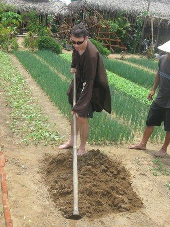 Tra Que Vegetable Village: preparing the plot