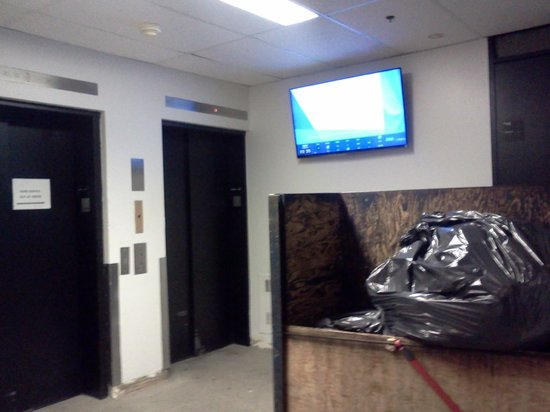 Les Studios Hotel: Smelly garbage left in front of the horrendous elevators