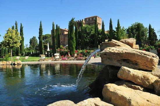 Agriturismi Il Castello La Grancia: Biolago con sfondo agriturismo