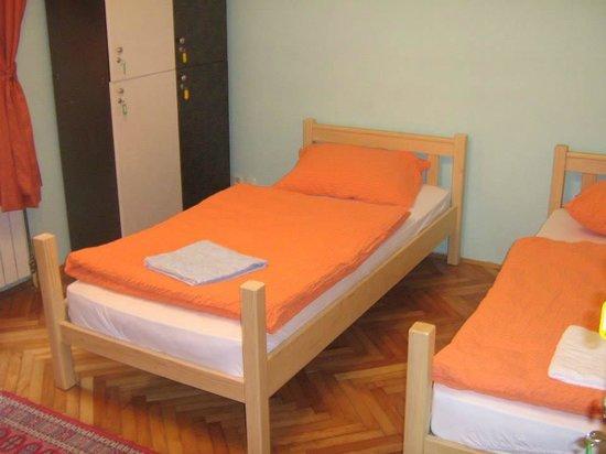 Belgrade Hostel Namaste: Green room 3 single beds