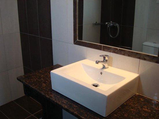 Elena Suites: Bathroom