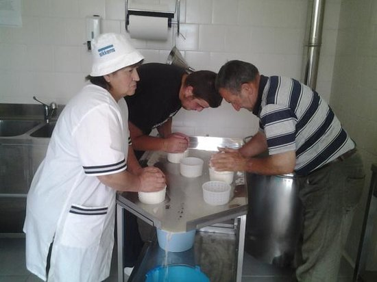 Italycountrystay Via Piana: cheese  making by hand