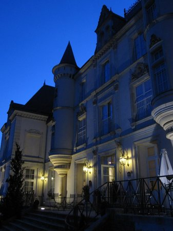 Best Western Premier Le Mans Country Club : At night