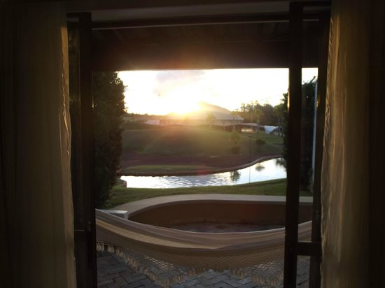 Lins, SP: Vista da porta para área externa, simplesmente linda!!!!