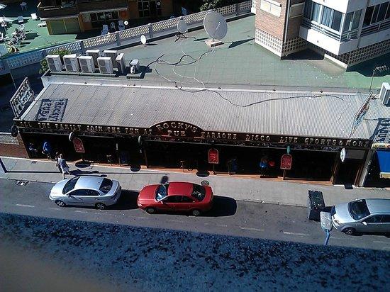 Apartamentos Carlos V: Rockys noisy bar opposite