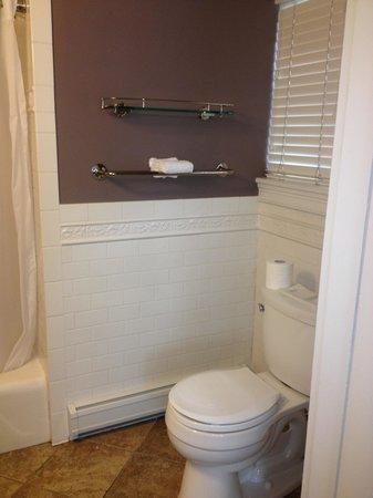 Longwood Inn: Very clean bathroom