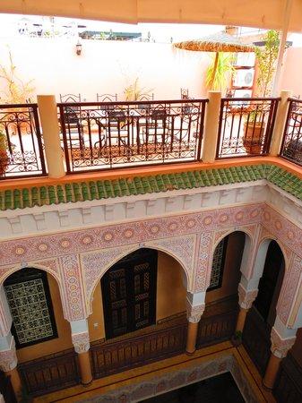 Riad - Hotel Marraplace: La cour intérieure vers la terrasse