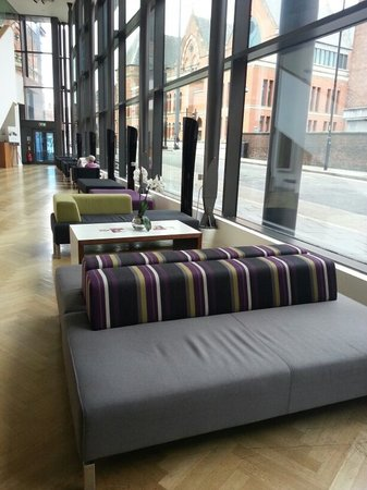 DoubleTree by Hilton Manchester Piccadilly: Hotel lobby with a cosy set up.