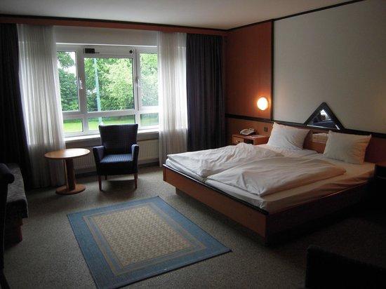 Senator Hotel: bedroom 1